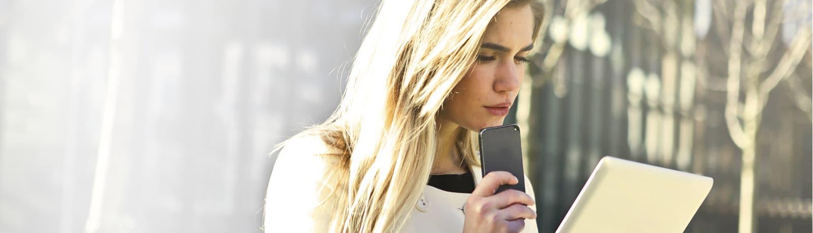 Mulher usando Inovyo no iPad